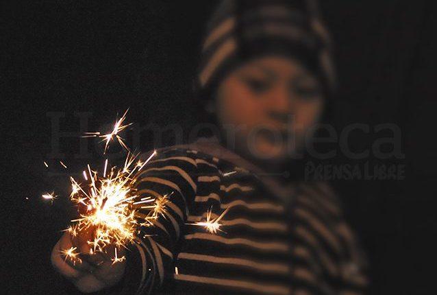 Expertos recomiendan cuidar, especialmente a los niños, mientras queman pirotecnia. (Foto: Hemeroteca PL)