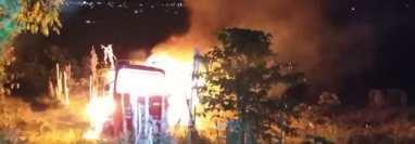 Tuctuc quemados en el ingreso de San Juan la Laguna. (Foto: cortesía)