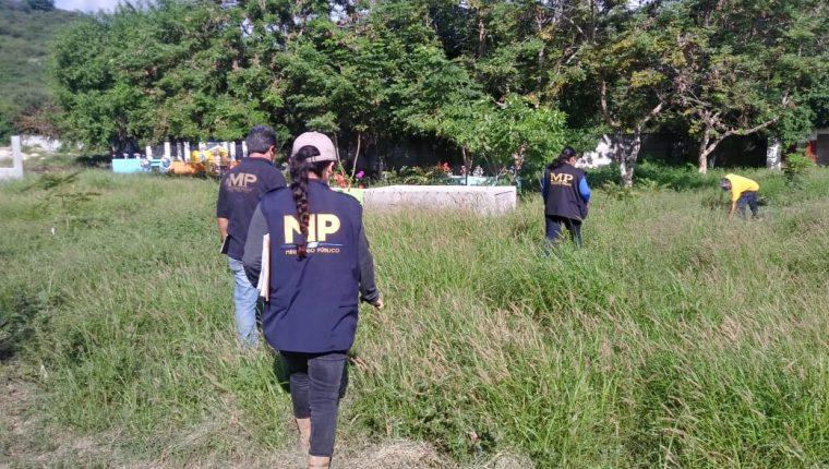 Fiscales del MP efectúan exhumaciones en cementerios de El Jícaro como parte de la investigación del caso Siekavizza. (Foto Prensa Libre: MP)
