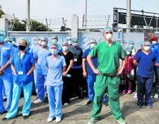 En el hospital temporal del Parque de la Industria, los médicos han señalado durante todo el año las carencias, saturación y atrasos en el pago de sueldos, sin faltar nunca a su labor de luchar por la vida de los pacientes. Foto: Fernando Cabrera