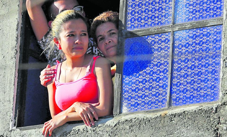 Personas permanecen en sus casas por la restricción del toque de queda. Foto: Esbin García