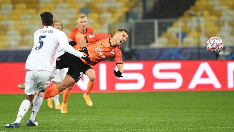 El defensa del Real Madrid, Raphael Varane le cometió una falta al delantero del Shakhtar Junior Moraes, que no pudo seguir en el juego. Foto Prensa Libre:  AFP.