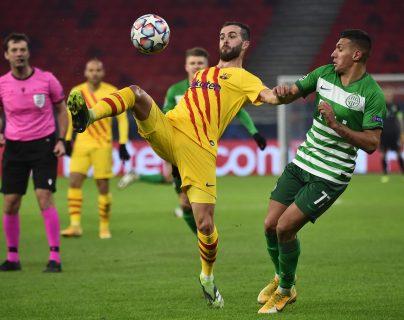 El medio campista Miralem Pjanic del Barcelona y Myrto Uzuni, del Ferencváros pelan un balón. Foto Prensa Libre: AFP