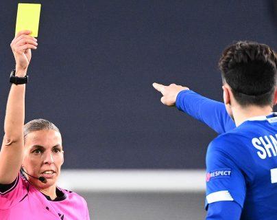 Stephanie Frappart le saca tarjeta amarilla al volante del Dinamo de Kiev, Nicholas Shaparenko. Foto Prensa Libre: AFP.