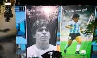 Rickshaws move past giant pictures of late Argentinian football legend Diego Armando Maradona installed at a local club premises in Kolkata on December 4, 2020. (Photo by Dibyangshu SARKAR / AFP)