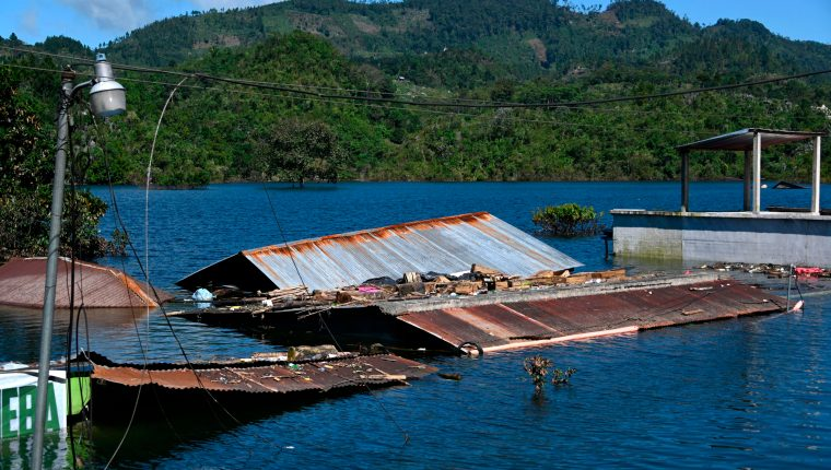 Campur, San Pedro Carchá, Alta Verapaz, quedó bajo el agua, luego del paso de las tormentas tropicales Eta e Iota. (Foto Prensa Libre: AFP)