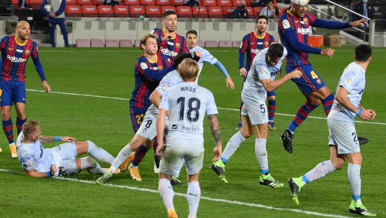 El Barcelona volvió a ceder puntos en casa, esta vez al empatar 2-2 ante el Valencia. (Foto Prensa Libre: AFP)