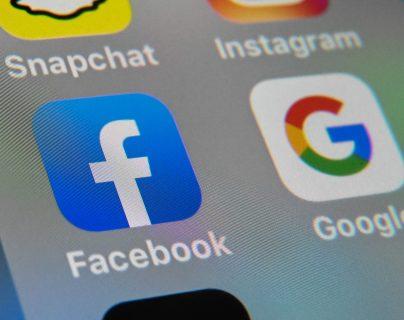 El acuerdo de colaboración entre los gigantes Google y Facebook. (Foto Prensa Libre: AFP)