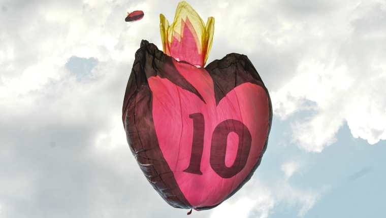 Un globo con forma de corazón con el número 10, en homenaje a Maradona, fue elevado por los aires en Colombia para recordar al argentino que falleció el 25 de noviembre de 2020. (Foto Prensa Libre: AFP)