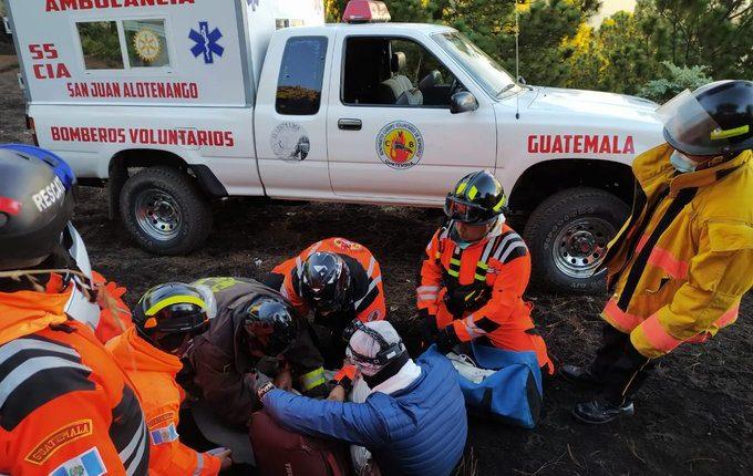 La operación de rescate de dos personas en el Acatenango duró seis horas. (Foto, Prensa Libre: Bomberos Voluntarios).