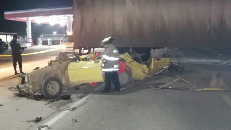 El taxi involucrado en el percance en Petén quedó destruido. (Foto Prensa Libre: Bomberos Voluntarios)