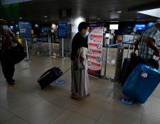 Pasajeros podrán realizar pruebas para detectar el covid-19 en el Aeropuerto La Aurora. (Foto Prensa Libre: AFP)