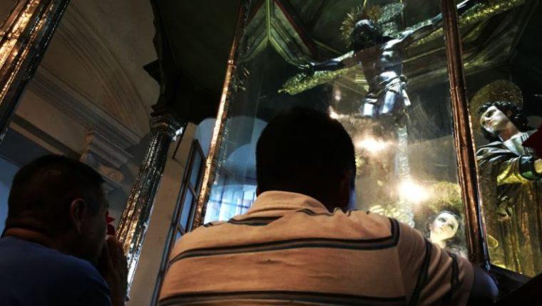 Feligreses veneran imagen del Cristo Negro luego de que Basílica permaneció cerrada por el covis-19. (Foto Prensa Libre: Elízabet Hernández)