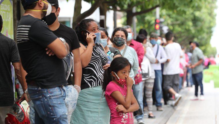 Las personas que buscaban el beneficio del Programa Bono Familia se acercaron varias veces a la empresa de energía eléctrica. (Foto Prensa Libre: Hemeroteca)