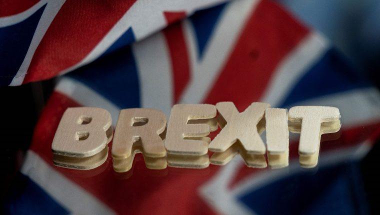"""Las banderas del Reino Unido y la Unión Europea junto a la palabra """"Brexit"""" en Bruselas. (Foto Prensa Libre: AFP)"""