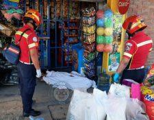 Socorristas acudieron a una tienda en Ciudad Real 1, zona 12 capitalina, donde una persona murió en un ataque armado. (Foto Prensa Libre: Bomberos Municipales)