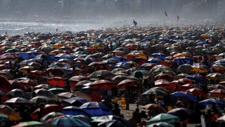 Miles de personas se aglomeraron el fin de semana pasado en la playa de Ipanema, en Río de Janeiro (Brasil).  Los números de los casos reportados en los últimos días evidencian una segunda ola más letal.  (Foto Prensa Libre: EFE)
