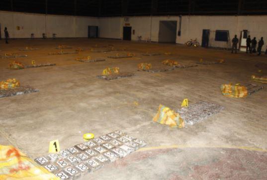 Droga localizada en avioneta en Petén. (Foto Prensa Libre: Ejército de Guatemala).