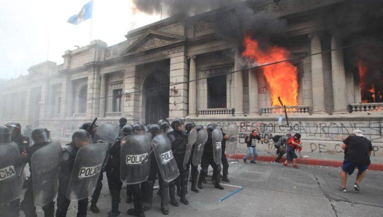 El 21 de noviembre 2020 se registraron disturbios en rechazo al presupuesto 2021. (Foto Prensa Libre: Hemeroteca PL)
