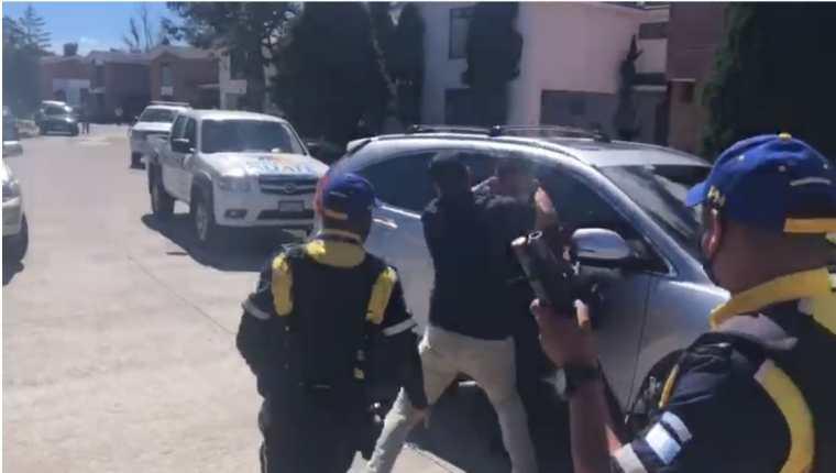 Un camarógrafo de TV Azteca fue agredido por un sujeto mientras daba cobertura a un incendio en carreteras a El Salvador. (Foto Prensa Libre: Captura de video)