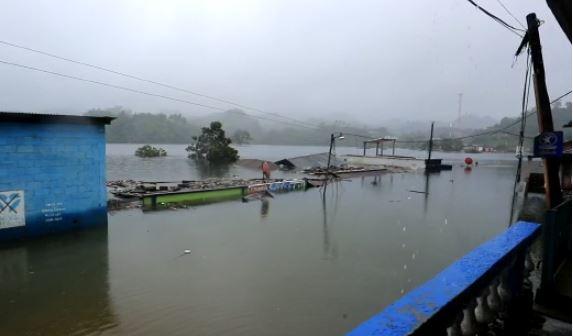 Habitantes de Campur, San Pedro Carchá, deben movilizarse por lancha, ya que el nivel de agua aún no baja. (Foto Prensa Libre: Juan Diego González)