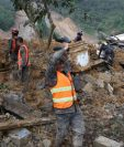 Socorristas, personal del Ejército de Guatemala, policías y voluntarios llevan a cabo labores de rescate de víctimas que dejó Eta en Quejá, San Cristóbal Verapaz. (Foto Prensa Libre: Hemeroteca PL)