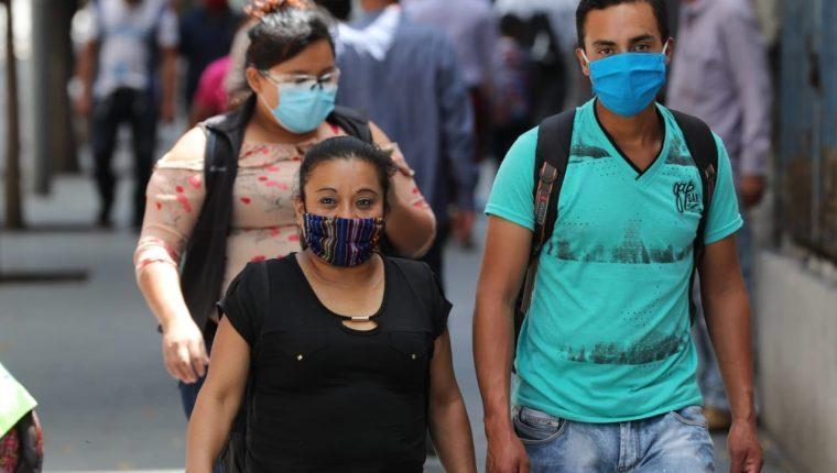 En los últimos días se evidencia un mayor número de personas en las calles, quienes han relajado las medidas de prevención. (Foto Prensa Libre: Hemeroteca)
