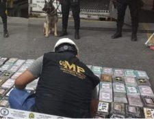 Paquetes con droga localizados en contenedor en Puerto Barrios, Izabal. (Foto Prensa Libre: PNC)
