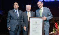 El trabajo de Ricardo Castillo Sinibaldi fue reconocido por representantes de cámaras y asociaciones empresariales de Guatemala. (Foto Prensa Libre: Cortesía)