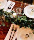Una forma de agasajar a los invitados es por medio de una mesa bien arreglada y decorada. (Foto Prensa Libre: Jordan Arnold on Unsplash).