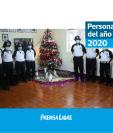 Socorristas de la Quinta Compañía de los bomberos voluntarios, junto al árbol navideño y nacimiento que elaboraron. (Foto Prensa Libre: María José Longo)