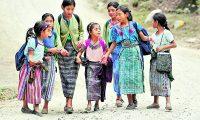Cuando la mujer indígena se profesionaliza, invierte sus recursos en su familia y en su comunidad, se rompen ciclos de pobreza y su participación pasa a ser activa en la sociedad. (Foto Prensa Libre, Hemeroteca)