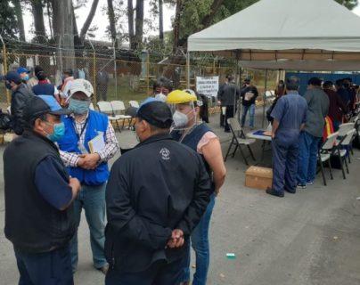 El Defensor de las personas trabajadoras  de la PDH  y la Inspectora General de Trabajo verificaron la situación de los trabajadores despedidos de la empresa Rayovac en Guatemala. (Foto Prensa Libre: Cortesía PDH)