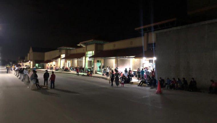 Migrantes llegan a una plaza en San Pedro Sula para sumarse a la caravana. (Foto tomada de Once Noticias/Twitter)