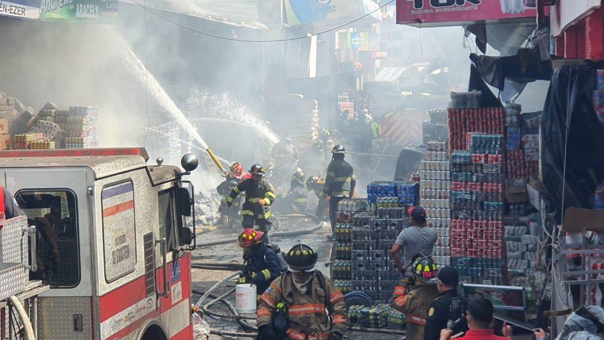 Incendio arrasa venta de juegos pirotécnicos y causa alarma en la Terminal Minerva de Xela