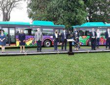 Funcionarios costarricenses frente a las primeras unidades de transporte eléctrico. (Foto: Presidencia de Costa Rica)