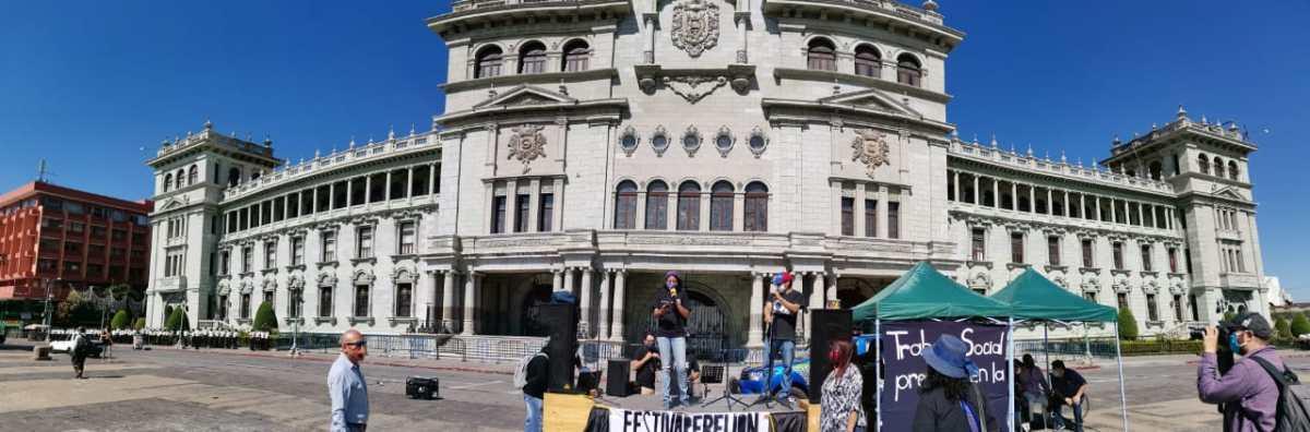 Guatemaltecos vuelven a la Plaza a protestar, pero esta vez lo hacen a través del arte