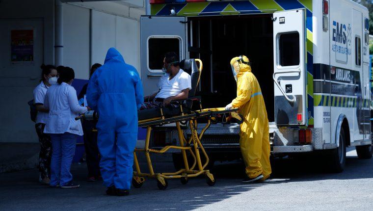 Médicos del Hospital Roosevelt reciben en la emergencia a un enfermo de covid. (Foto Prensa Libre: Esbin García)     Fotograf'a  Esbin Garcia 15- 12-20