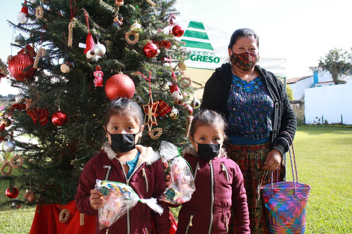 Niños festejan la época navideña en San Juan Sacatepéquez