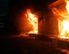 Incendio en Boca del Monte. (Foto Prensa Libre: Víctor Gómez, de los Bomberos Voluntarios)
