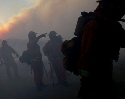 Bomberos trabajan para controlar incendio en Los Ángeles. (Foto Prensa Libre: AFP)