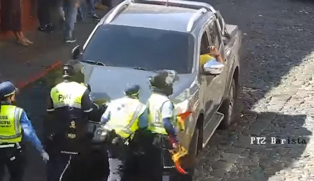 Video: El incidente entre agentes de la PMT de Antigua y un conductor que se negaba a circular
