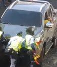 Agentes de la PMT de Antigua Guatemala impiden paso de vehículo. (Foto Prensa Libre: Tomada de Facebook)