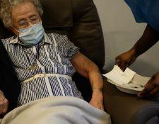 Lucie Danjou, belga de 101 años, recibe una dosis de la vacuna Covid-19 de Pfizer/BioNtech, mientras continúa el brote de la enfermedad en Bruselas (Bélgica), el 28 de diciembre de 2020. (Foto Prensa Libre: EFE)