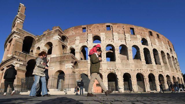 Personas visitan el Coliseo, en Roma, Italia. Foto: Alberto Lingria / Xinhua / Notimex.