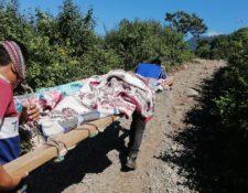 Mujer que dio a luz en Chiantla es trasladada en camilla improvisada hacia el Hospital Regional de Huehuetenango. (Foto Prensa Libre: Mike Castillo)
