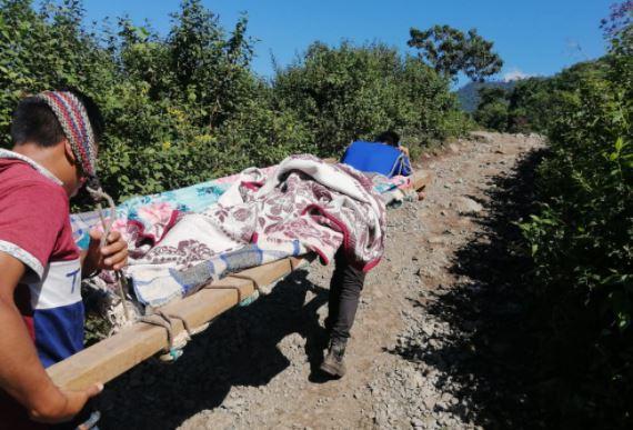 La historia de la madre y su bebé trasladados en una camilla improvisada porque aldea está aislada por Eta e Iota