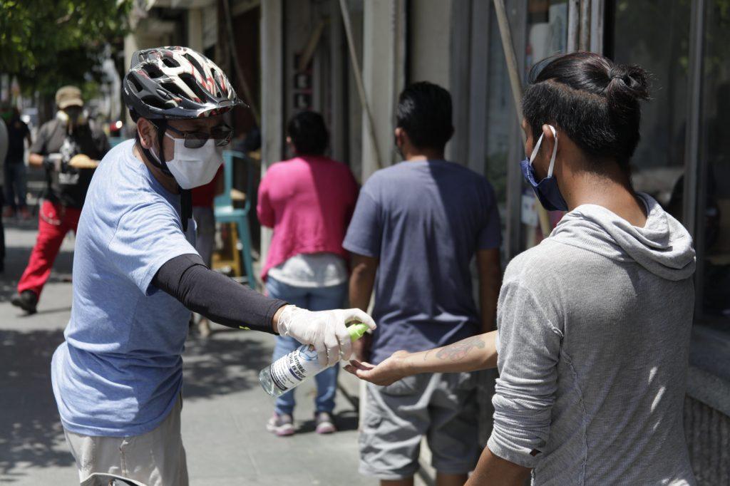 Personas de escasos recursos en la zona 1 recibieron comida gestionada por el Café Rayuela durante la pandemia.