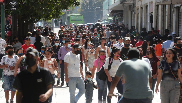 El Cien considera que una fuerte segunda ola de contagios a escala mundial y local puede influir en las expectativas de crecimiento económico para 2021. (Foto Prensa Libre: Hemeroteca)