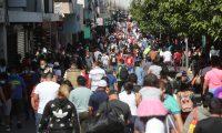 En el Paseo Sexta Avenida se observó un mayor movimiento de personas este domingo 13 de diciembre. (Foto Prensa Libre: Érick Ávila)